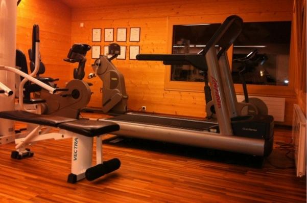 Hotel-Schweiz-CST-Laufband-Fitnessraum-Ausstattung-durch-Professionell-Fitness