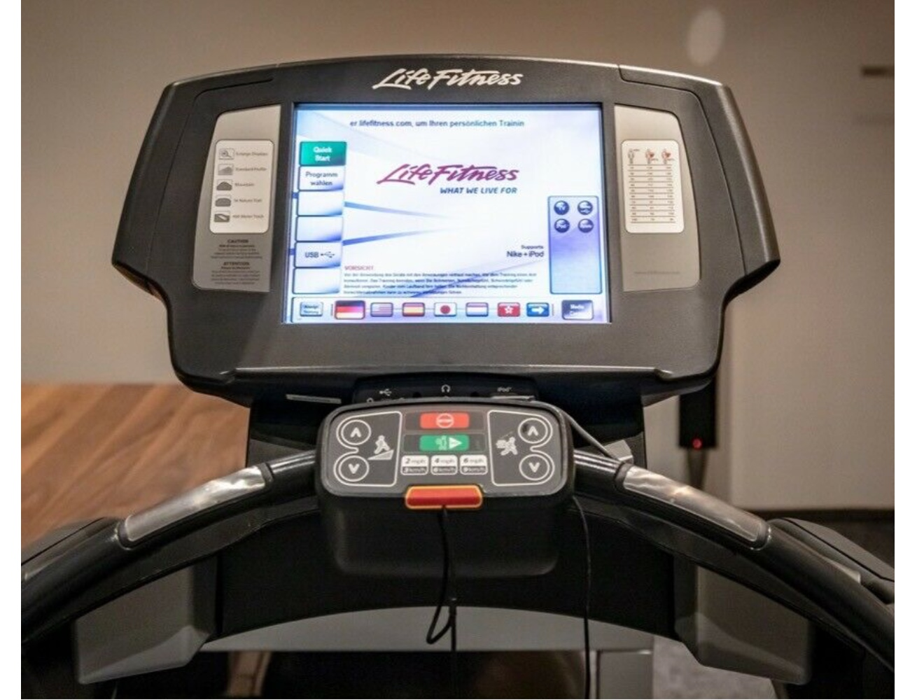 Orginal-Bild-15-Zoll-Life-Fitness-Platinum-Club-Series-Laufband-gebraucht